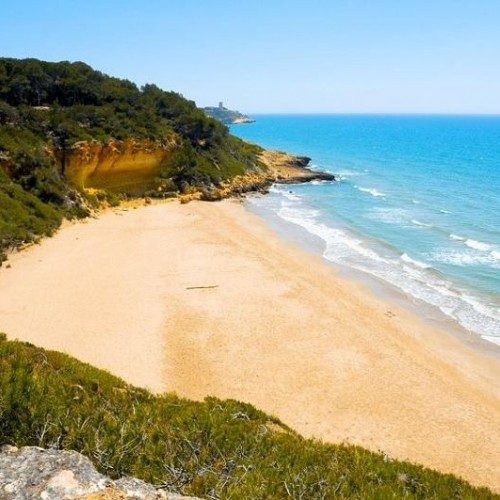 Cala-Fonda-una-playa-hawaiana-en-Tarragona